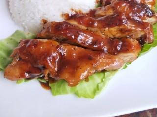 照烧鸡腿饭,色泽诱人,咸甜适中,肉质鲜嫩。