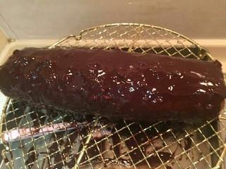 脆皮巧克力蛋糕卷,您淋上脆皮后继续放冰箱冷藏一晚。