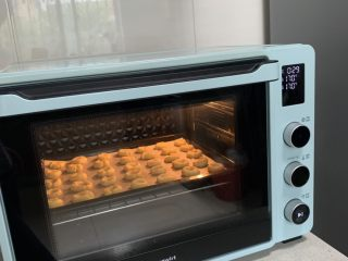 玛格丽特,放入预热好的烤箱,中层、上下火165-170度、烤15-20分钟、烤至边缘稍焦黄即可!