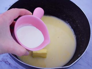 熔岩乳酪吐司,加入淡奶油拌匀