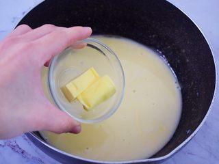 熔岩乳酪吐司,趁热加入黄油