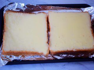 熔岩乳酪吐司,待乳酪液晾凉后开始变得浓稠时,再均匀的涂抹于土司上面,再撒上杏仁片
