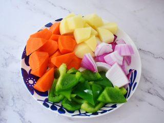 三汁焖锅,土豆去皮洗净切成小块,胡萝卜去皮洗净切成小块,洋葱洗净切成小块,青椒去籽洗净切成小块