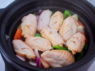 三汁焖锅,把腌制好的鸡翅放入