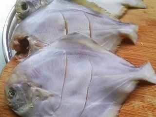 酱焖银鲳鱼,将腌制好的银鲳鱼,斜着划两刀