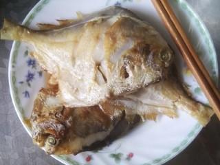 酱焖银鲳鱼,盛入盘中备用