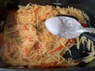 酸辣土豆丝,一点盐调味、炒匀就可以出锅了
