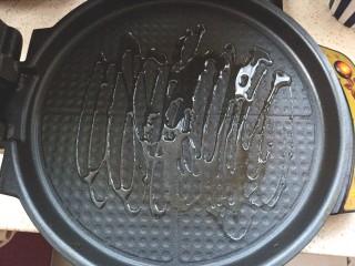鸡肉蔬菜饼汉堡,取电饼铛加热,倒入少许油