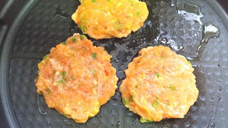 鸡肉蔬菜饼汉堡,馅揉成小饼,放入电饼铛中煎至一面金黄,在反面