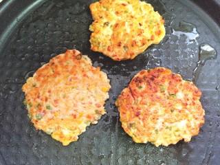 鸡肉蔬菜饼汉堡,煎至两面金黄即可出锅