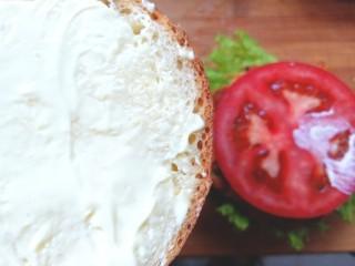 鸡肉蔬菜饼汉堡,在另一片汉堡胚上抹上沙拉酱
