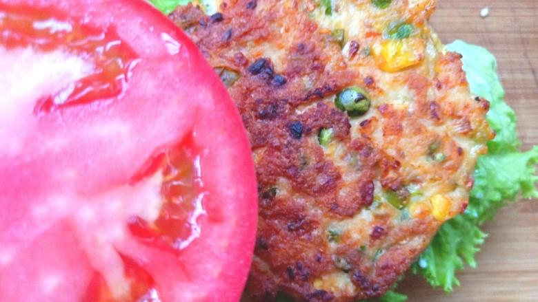 鸡肉蔬菜饼汉堡,放上煎好的鸡肉饼,在放上番茄片