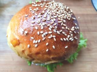 鸡肉蔬菜饼汉堡,盖上即可