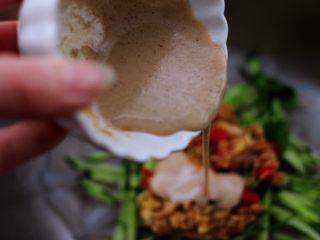 芝麻酱凉拌拉皮黄瓜丝,最后倒入搅拌好的芝麻酱。