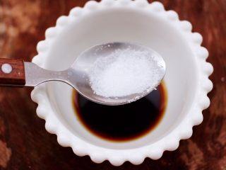 芝麻酱凉拌拉皮黄瓜丝,最后加入白砂糖和2克盐。
