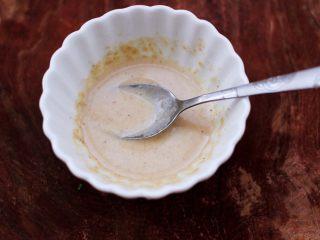 芝麻酱凉拌拉皮黄瓜丝,芝麻酱加入0.5克盐和少许清水搅拌成糊状。