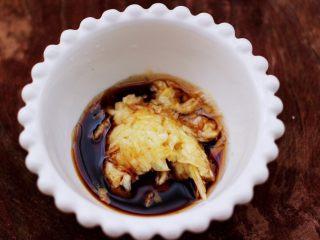 芝麻酱凉拌拉皮黄瓜丝,把颠好的蒜泥也放入碗里。