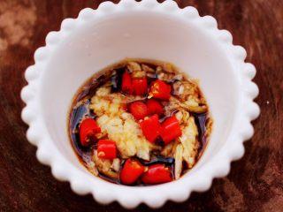 芝麻酱凉拌拉皮黄瓜丝,加入切丁的小米辣,搅拌均匀即可。