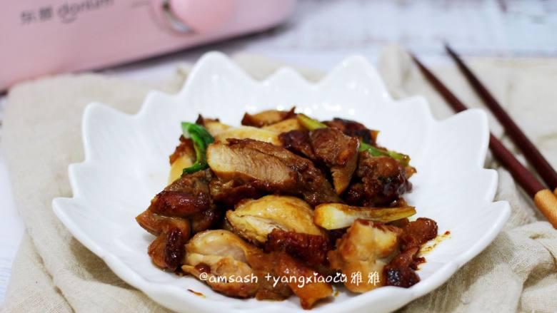 盐焗鸡腿肉,煎好的鸡腿肉切好装盘即可