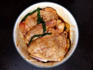 盐焗鸡腿肉,用保鲜膜包住,送进冰箱腌制,腌制1小时以上,这样更入味些