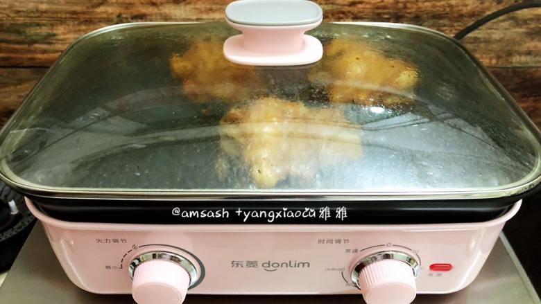盐焗鸡腿肉,然后把鸡腿肉翻个面继续煎至,盖上盖子,这样可以缩短煎制时间,鸡腿肉熟得更快