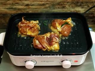 盐焗鸡腿肉,开启多功能锅,把火力开到最大,腌制好的鸡腿肉拿出来,皮朝下,先煎至出油质
