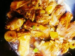 黄焖鸡翅和鸡腿,倒入腌制的鸡翅和鸡腿,翻炒后就去酱油,料酒,醋,生抽,翻炒上色
