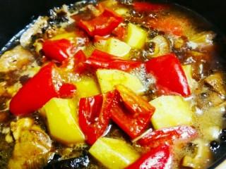 黄焖鸡翅和鸡腿,中火慢炖,至汤汁少量后加入适量的淀粉水浆,使汤汁变得浓稠