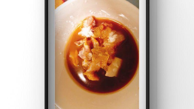 蔬菜鸡腿饭,鸡腿肉里放入料酒,生粉,宝宝酱油,3块小冰糖腌制30分钟以上!