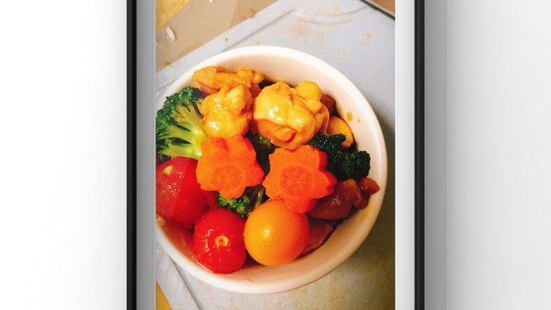 蔬菜鸡腿饭,米饭打底,放入所有食材准备上锅蒸!