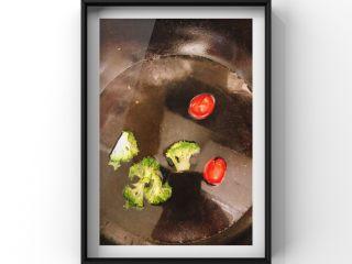 蔬菜鸡腿饭,西兰花,小番茄焯水去皮!