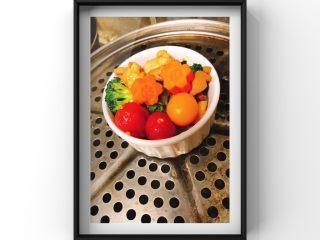 蔬菜鸡腿饭,上锅小火慢蒸10分钟,等鸡蛋黄,胡萝卜熟后出锅!