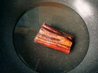 干锅腊肉包菜,腊肉冷水下锅焯水,便于煮出多余的盐分。