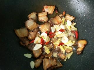 干锅腊肉包菜,放入生姜,大蒜,干辣椒爆香。