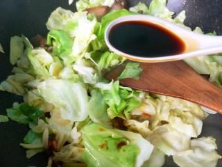 干锅腊肉包菜,放一勺生抽翻炒。