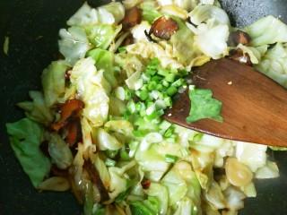 干锅腊肉包菜,放葱花翻炒。