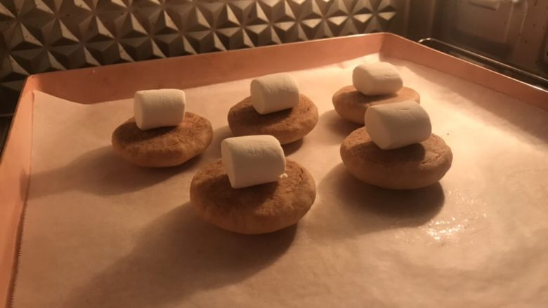 棉花糖饼干汉堡,放入预热好的烤箱180度三分钟。