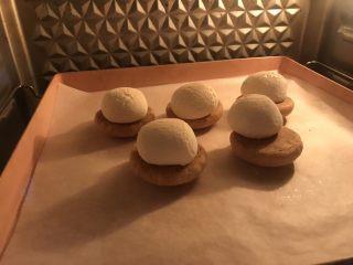 棉花糖饼干汉堡,烤的很鼓了,略微上色。