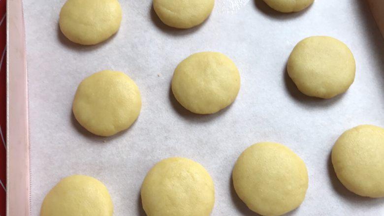 棉花糖饼干汉堡,放入烤盘。