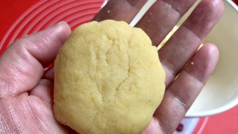 棉花糖饼干汉堡,两只手一起按扁,一遍按扁,一遍把四周往里推一下,因为面团很松散,容易开裂,先大致整扁。