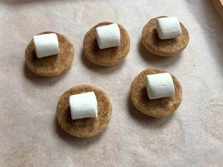 棉花糖饼干汉堡,另外五个反过来,放上五颗棉花糖。
