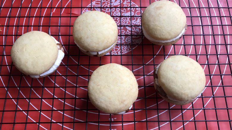 棉花糖饼干汉堡,把另外一半饼干盖上,棉花糖烤的时候有点歪了不要紧,放另一半的时候弄正就行了。