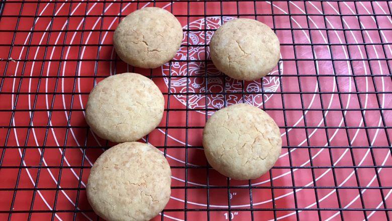 棉花糖饼干汉堡,把其中的五个转移到晾晒网上晾着。