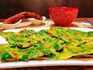 韭菜胡萝卜煎蛋饼,搭配一条诱人的排骨和一碗米粥真是完美的早餐