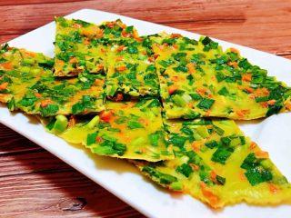 韭菜胡萝卜煎蛋饼,煎制好的韭菜胡萝卜蛋饼切成喜欢的形状摆入盘中