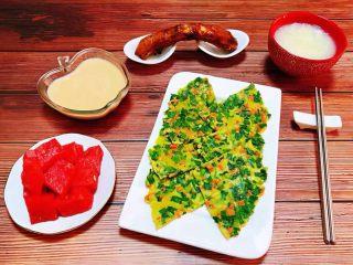 韭菜胡萝卜煎蛋饼,早餐当然少不了酸奶和水果的搭配