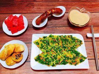 韭菜胡萝卜煎蛋饼,早餐不但要方便快捷也要营养丰富普