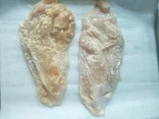 鸡胸扒意面,用手将调料和鸡肉抓均匀,腌制半小时。