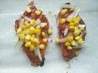 鸡胸扒意面,再放上煮熟的玉米