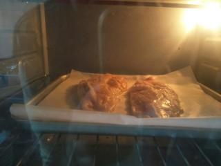 鸡胸扒意面,腌制好的肉放入预热好的200度烤箱烤二十分钟。烤箱温度根据自家的调节,鸡扒烤熟即可。